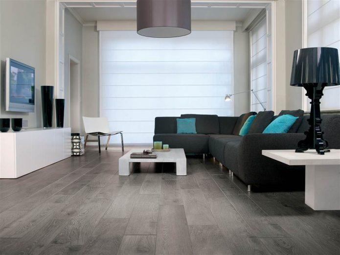 Ламинат серого цвета в гостиной с однотонными стенами