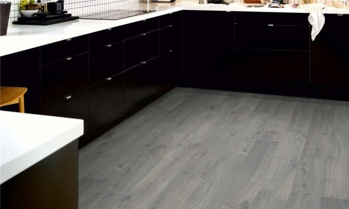 Серый ламинат в кухне с черной мебелью