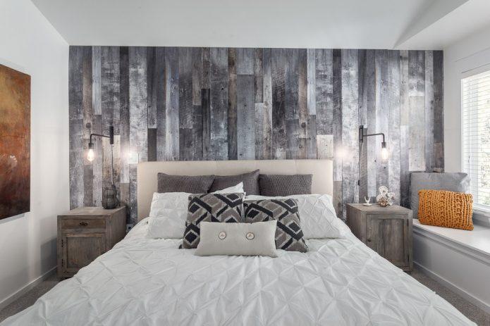 Ламинат с грубым рисунком на стене в спальне