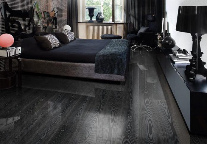 Глянцевый ламинат на полу спальни