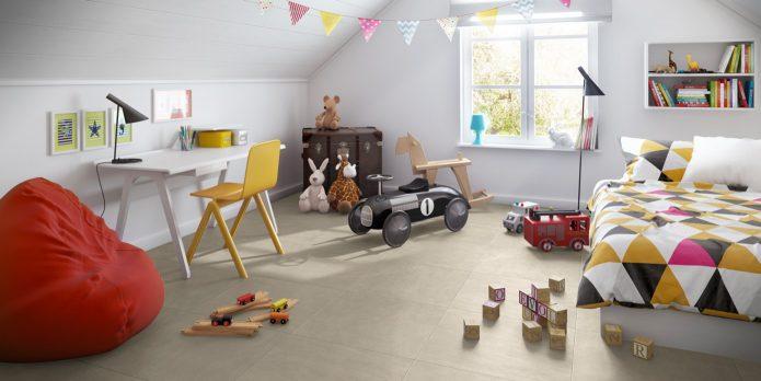 Ламинат в виде квадратных плиток на полу в детской