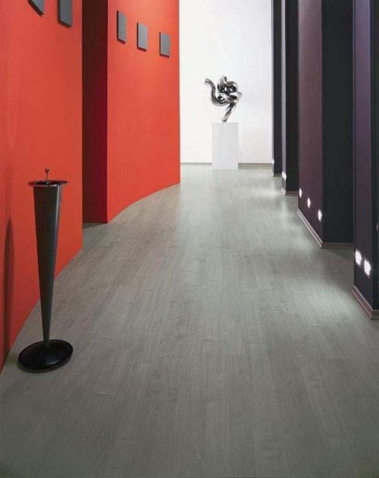 Серый ламинат и насыщенный цвет стен в прихожей