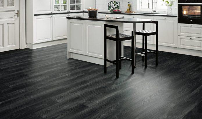 Интерьер большой белой кухни с черным полом