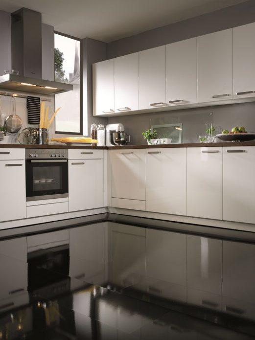 Дизайн современной кухни в бело-серых тонах с черным глянцевым полом