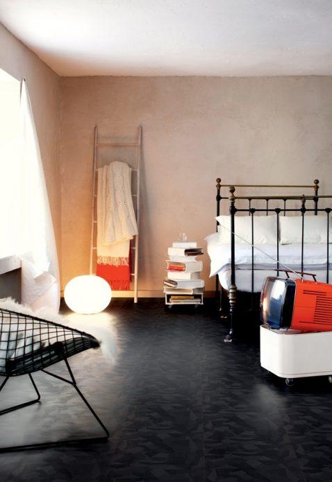 Пол с геометрическим рисунком в интерьере комнаты