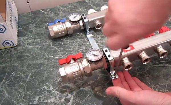 Прикрепление коллекторной части гребёнки к кронштейну скобами