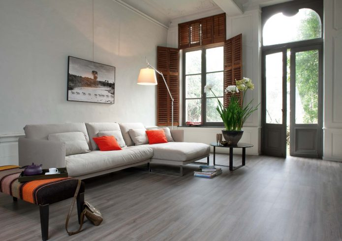 Светлый ламинат в дизайне гостиной
