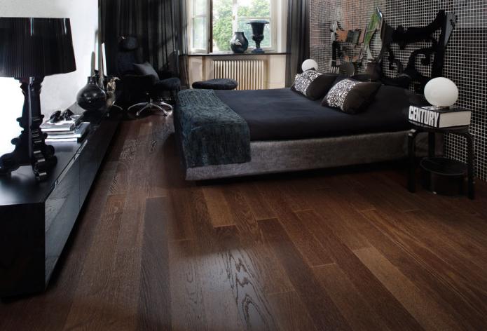 Ламинат под натуральную древесину в спальне