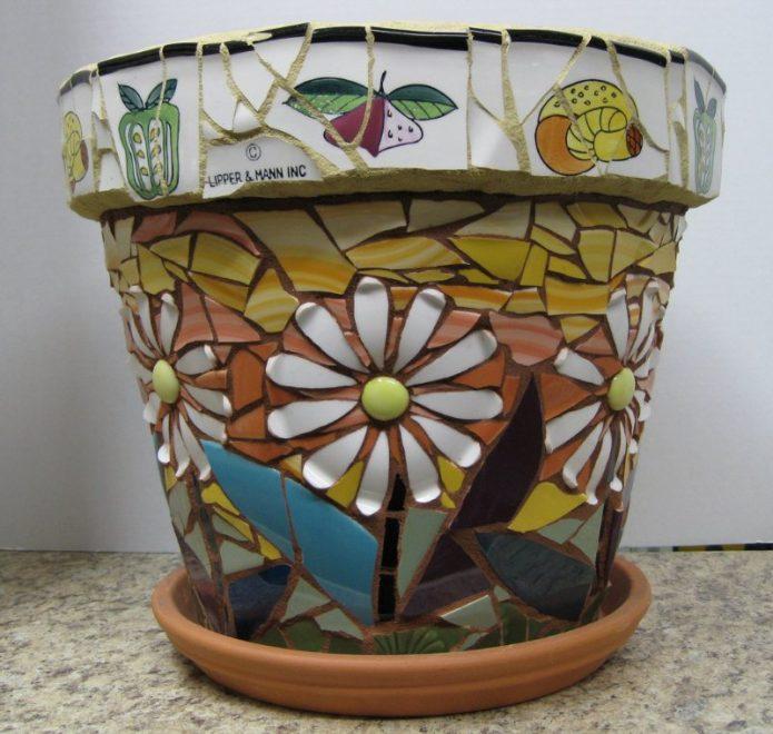цветочный горшок с плиточной мозаикой