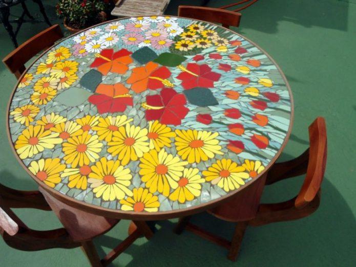 стол с плиточной мозаикой