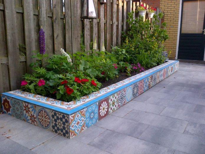 клумбы с плиточной мозаикой