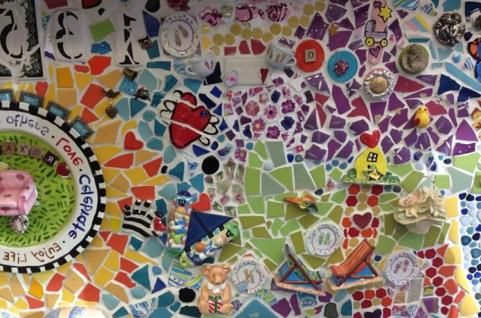 стена из плиточной мозаики