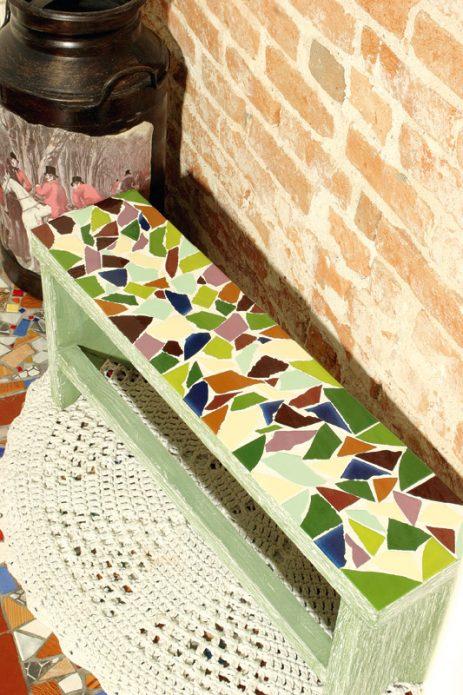 скамейка с плиточной мозаикой