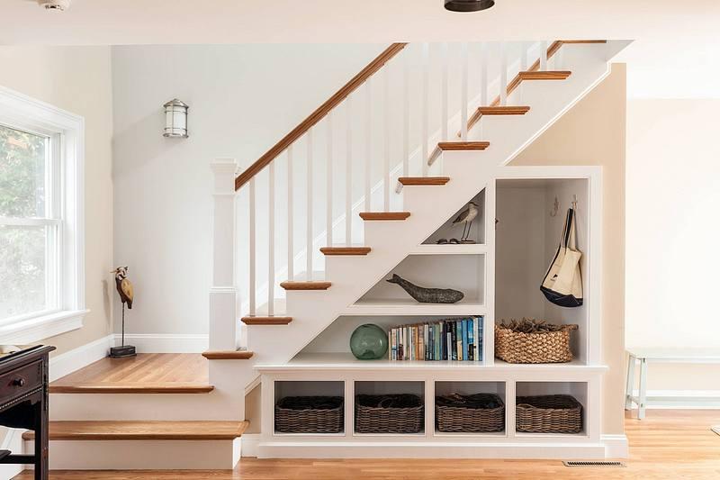 Использование пространства под лестницей: 20 практичных идей