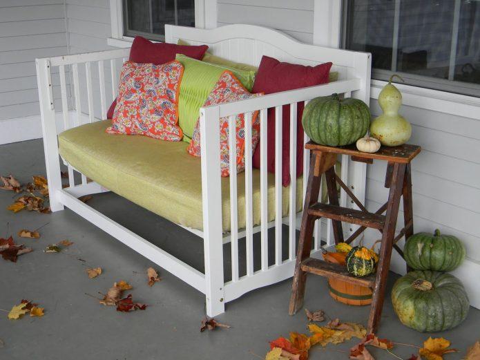 Скамейка из старой детской кроватки