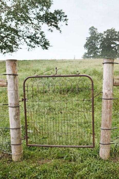 Забор из спинки кровати