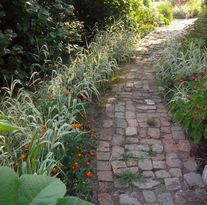 Садовая дорожка из старого кирпича