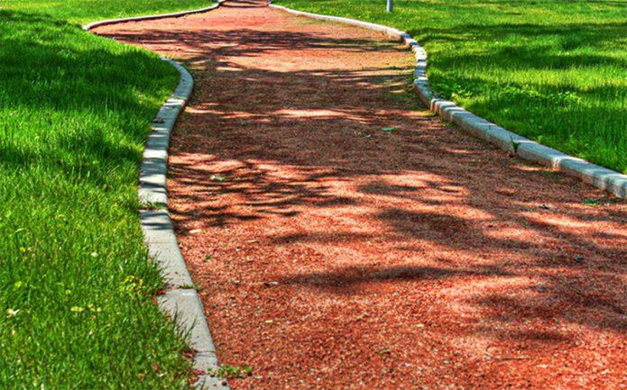 Садовая дорожка из битого кирпича