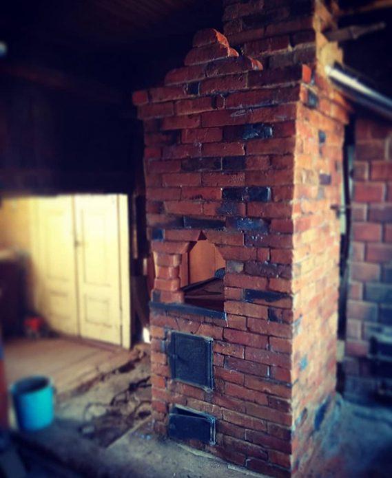 Дачная печь, сложенная из старого кирпича