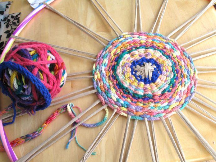 Плетение коврика на обруче