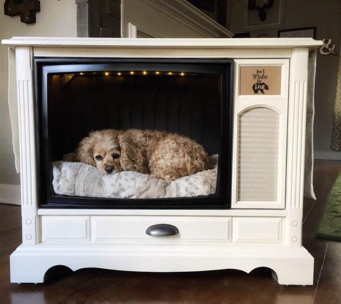 Лежанка для собаки из старого телевизора