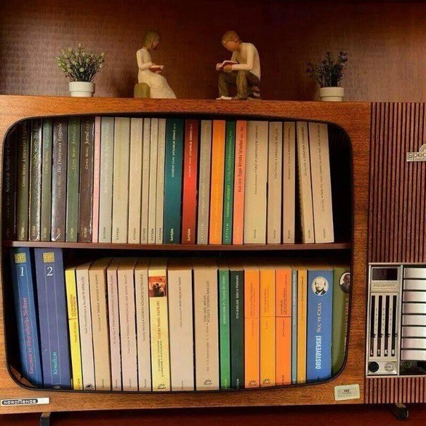 Книжная полка из телевизора
