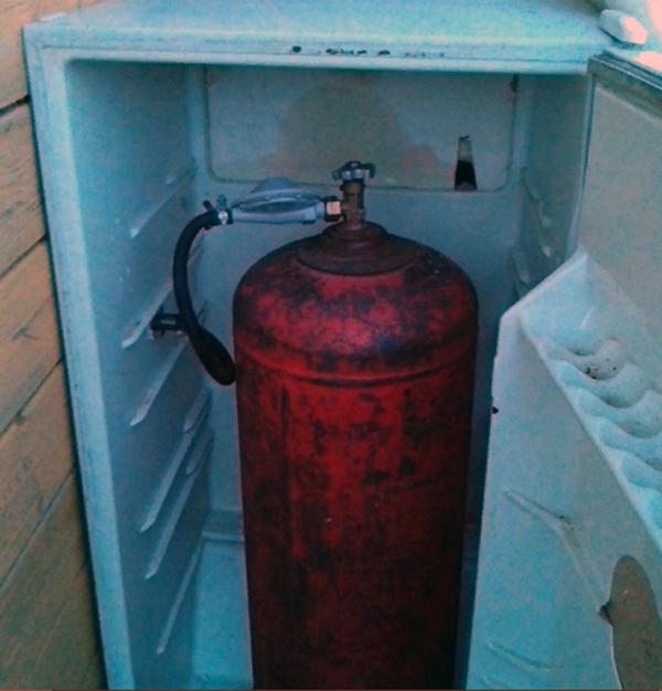 Ящик для хранения газового баллона из старого холодильника