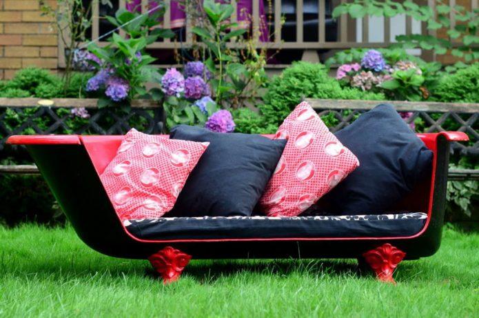 Уютный диван с подушками