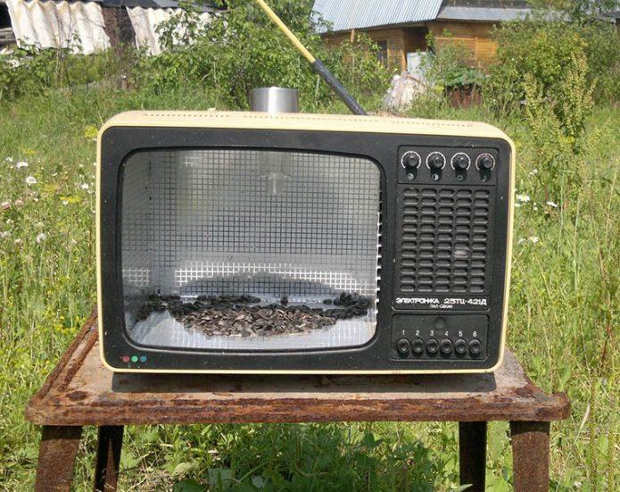 Кормушка для птиц в корпусе телевизора