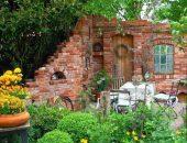 Декоративная стена из старого кирпича на даче