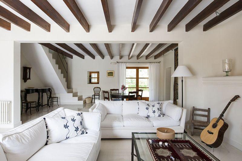 Балки на потолке: как не«нагрузить» интерьер и сделать комнату уютной