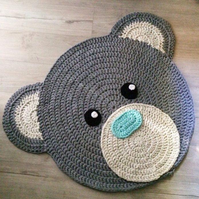 Вязаный коврик в виде мишки
