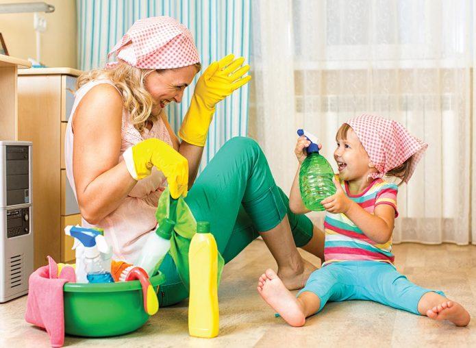 Мама с дочкой сидят на полу, готовясь к уборке