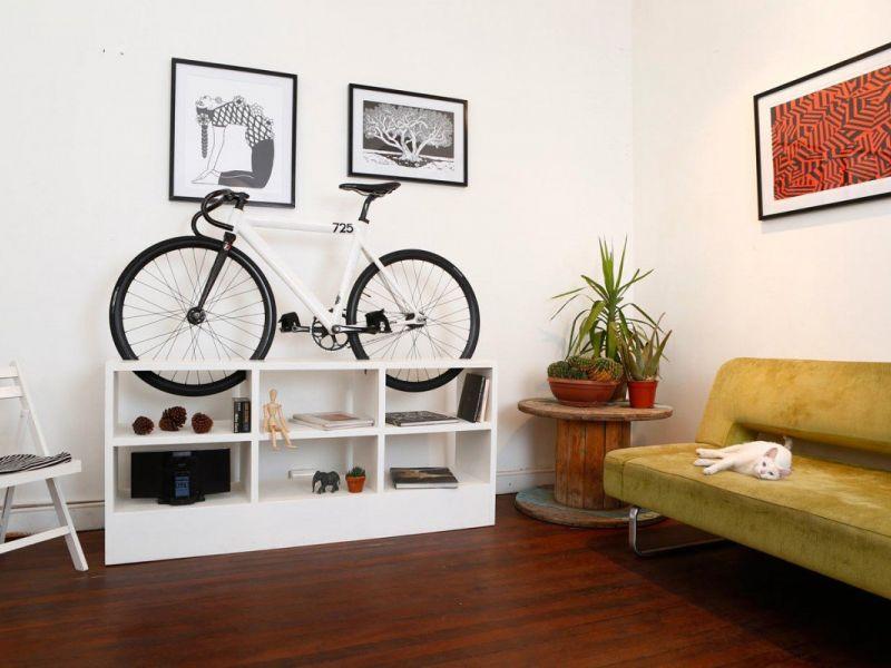 Куда поставить велосипед, если у вас маленькая квартира: идеи с фото