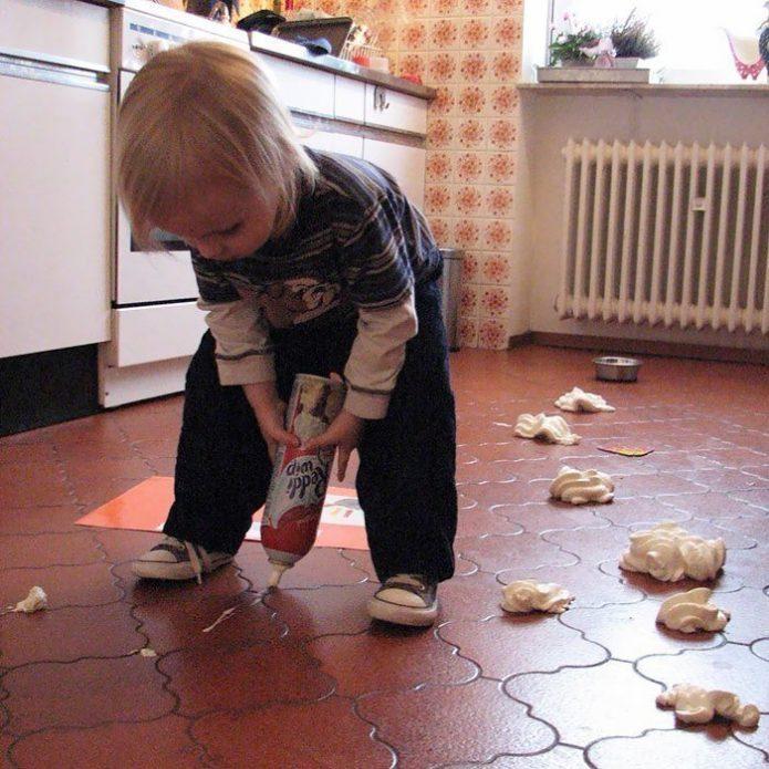 Ребёнок мусорит на кухне