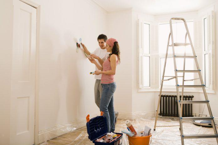Парень и девушка делают ремонт в новостройке