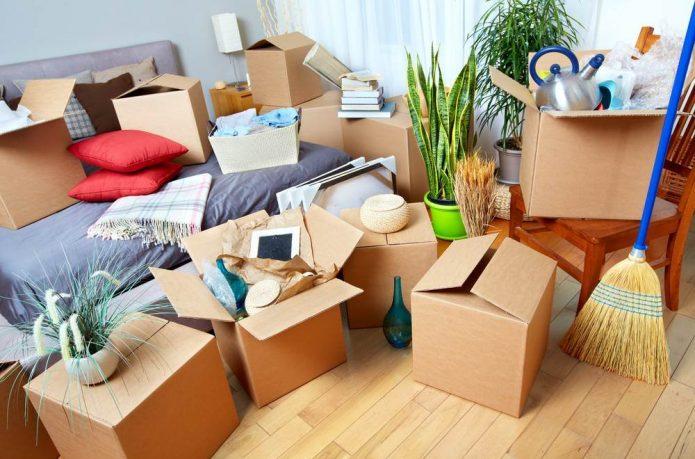 Вещи, упакованные в коробки для переезда