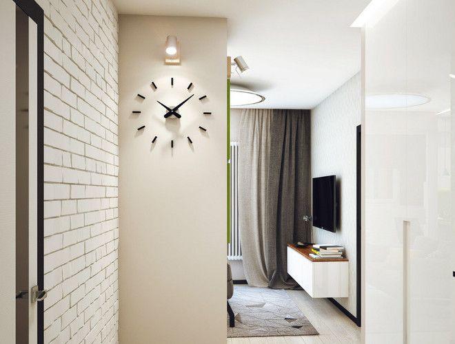часы напротив входной двери