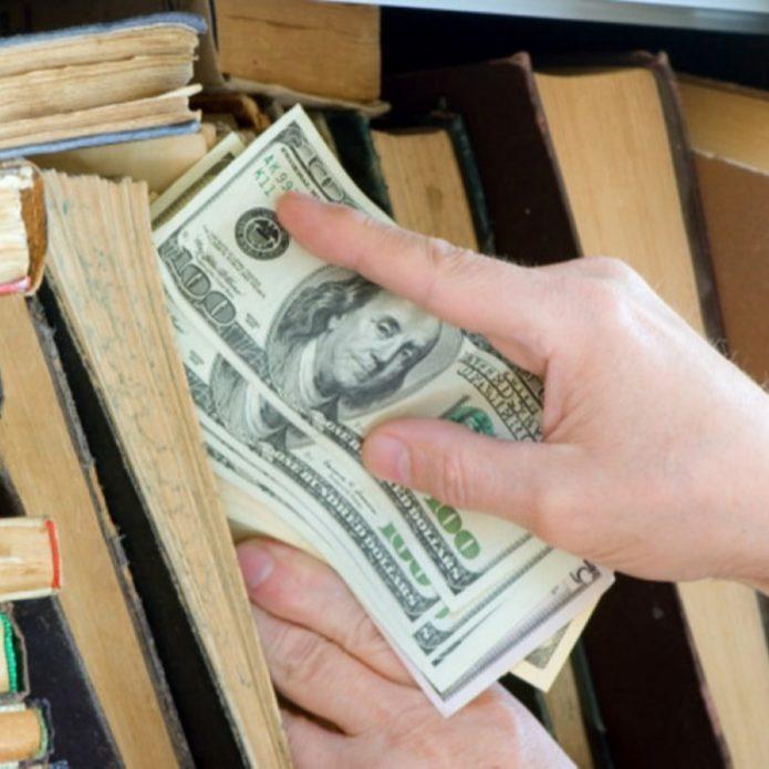100-долларовые купюры прячут в книгу