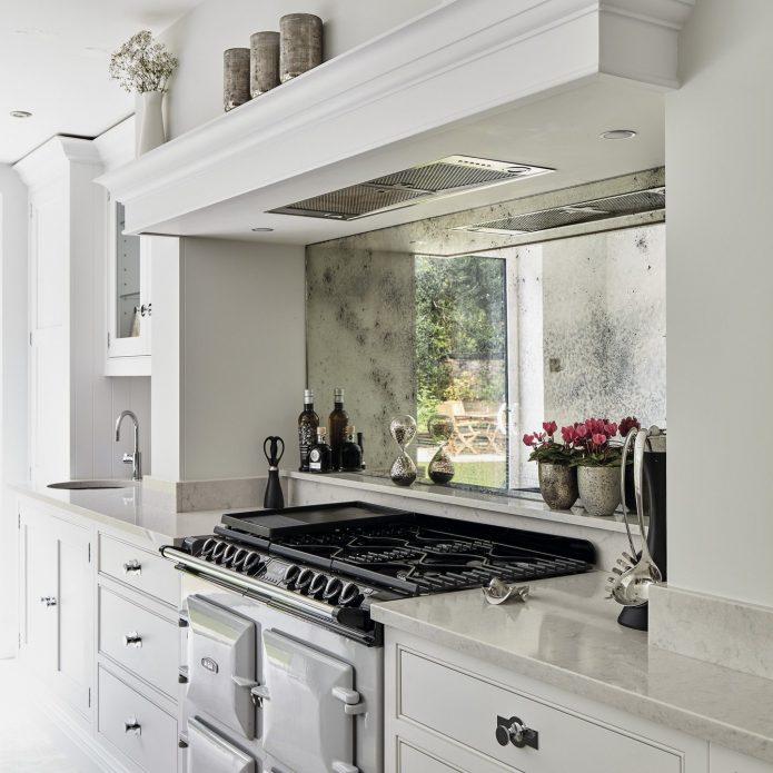 Зеркало около кухонной плиты