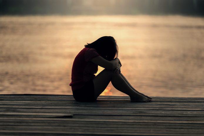 Одинокая девушка на фоне заката