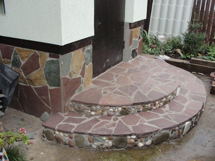 каменное крыльцо