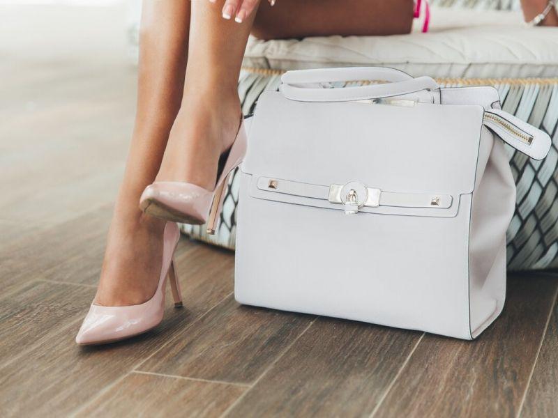 Почему нельзя класть сумку на пол: суеверия и этикет