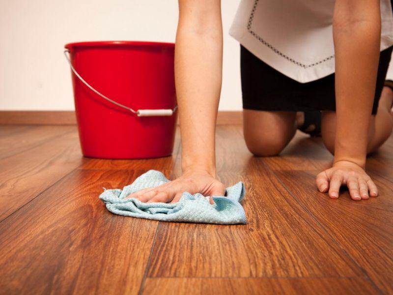 Почему нельзя мыть полы в дорогу: глупое суеверие или верная примета