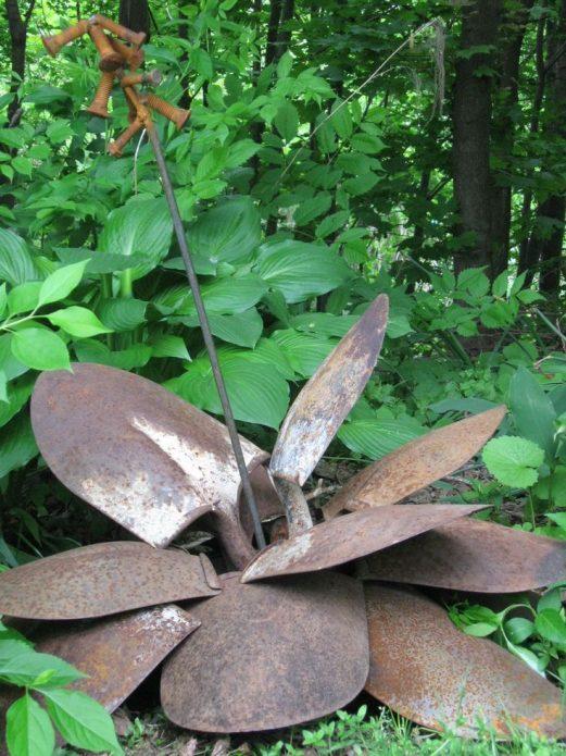 Украшение садовой клумбы из старых лопат