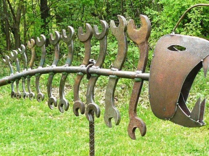 Фигурка из металлолома и старых гаечных ключей
