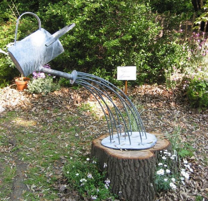 Декор участка из садовой лейки
