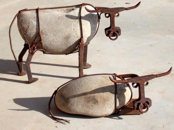 Оригинальные скульптуры из металлолома и булыжников