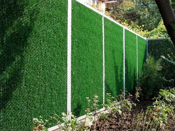 Забор из сетки с искусственной хвоей