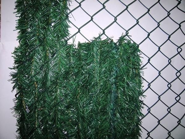 Как закрыть забор искусственной хвоей